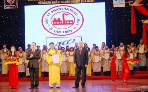 TGĐ VAFDCO Hoàng Văn Tại (giữa) nhận bằng khen tại ngày hội vinh danh Doanh nhân doanh nghiệp